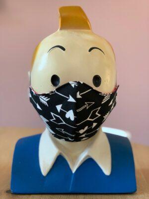Hoofd met zwart mondkapje met witte pijlen in verschillende varianten.