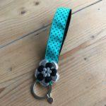 sleutelhanger polscord turquoisgroen met zwarte stippen cadeau