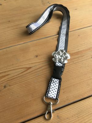 keycord zwart wit gestipt met bloem handig om je nek of lekker opvallend in je tas nooit meer je sleutels kwijt kado cadeau-