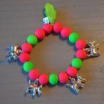 armbandje neon roze neon groen en hondjes bedeltjes